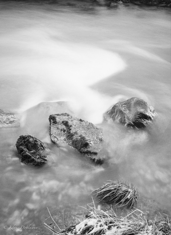 Fotografie kann die Zeit nicht anhalten, aber die Dauer des Auftreffens von Licht auf den Film kann unsere Sichtweise der Welt verändern. So wird bei vier Sekunden Belichtungszeit der rauschende Bach zu einem samtig-seidigen Wässerchen.