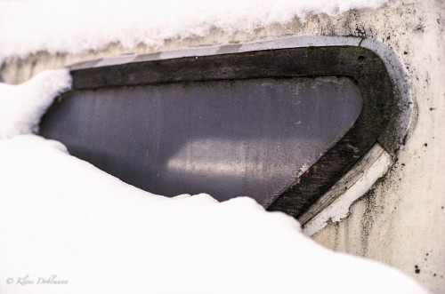 Schnee. Jede Menge Schnee. Und ein Boot, das lieber im Wasser schwimmen als in gefrorenem Wasser feststecken würde.